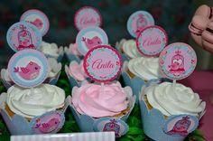Wrapper 3D Jardim Encantado <br> <br>** Cada Kit contém: uma saia para cupcake e uma tag do tema da saia. <br> <br>Material: Papel Cartão 300 gr <br>Impressão: Alta Qualidade <br>Tamanho: Tradicional <br>Quantidade Mínima: 10 unidades