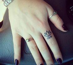 tatuajes-pequeños-mano-de-mujer-tatuaje-de-flor-de-loto-en-el-índice Hand Tattoos, Sharpie Tattoos, Mother Tattoos, Time Tattoos, Body Art Tattoos, Little Tattoos, Small Tattoos, Cool Tattoos, Fist Tattoo