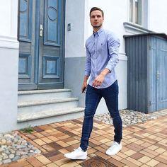 Camisa pra fora da Calça, como usar? Macho Moda - Blog de Moda Masculina: Camisa Social para fora da Calça, quando e como Usar? Roupa de Homem, Estilo Masculino, Moda para Homens, Camisa Masculina, Camisa Azul claro, Calça Jeans, Tênis Branco