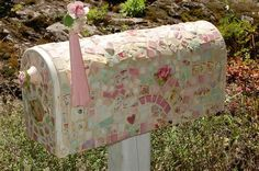 How cool would it be to have a mailbox like this. Mailbox facelift via Mosaic Mosaic Crafts, Mosaic Projects, Home Projects, Shabby Chic Cottage, Romantic Cottage, Mosaic Tiles, Mosaic Art, Mosaic Garden, Tile Art