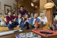 Le chalet, c'est cinq meilleurs amis qui se retrouvent chaque année dans le chalet de Sarah (jouée par Sarah-Jeanne Labrosse) pour la saison de ski. L'arrivée d'une sixième coloc, Cath, soulève une... Actors & Actresses, Tv, Film, Jeanne, Studio, Actresses, Ski Season, Best Freinds, Hairstyles