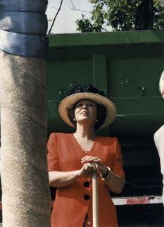 Nederlands Koningshuis: Koningin Beatrix heeft zojuist een boom geplant, en daarmee de opening verricht van het Beeldenpark Drechtoevers in zwijndrecht. Nederland, 5 juni 1996.