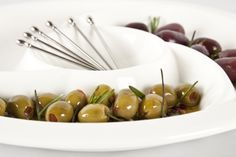 Las aceitunas son un pasabocas indispensable para las fiestas. ¡Sírvelos en un chip and dip y disfruta! Serving Bowls, Fruit, Tableware, Amazing, Kitchen, Olives, Sandwiches, Party, Blog