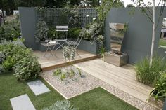 Create A Garden To Remember With This Useful Advice. - Useful Garden Ideas moderne Sitzecke, helles Holzdeck Herb Garden Design, Modern Garden Design, Garden Ideas, Patio Plants, Cool Plants, Farm Gardens, Outdoor Gardens, Modern Gardens, Raised Herb Garden