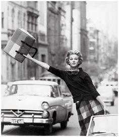 Sein ganzes Werk dreht sich um eines: Die Frau. Helmut Newton  hat es wie kein Zweiter geschafft, das weiblic...
