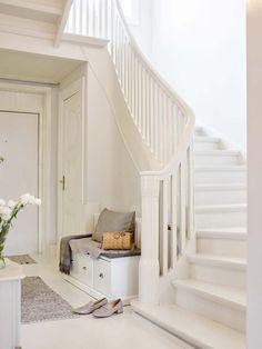 Keltainen talo rannalla Interior Stairs, Scandinavian Home Interiors, Hallway Inspiration, Home, House Inspo, House Inspiration, Interiors Dream, Stairs Design, Attic House