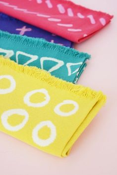 How to: DIY Geometric Patterned Napkins.with Bleach! Make It: DIY Bleach Pen Patterned Napki Shibori, Diy Projects To Try, Craft Projects, Craft Ideas, Sewing Projects, Diy Clothes Bleach, Clothes Refashion, Diy Arts And Crafts, Diy Crafts