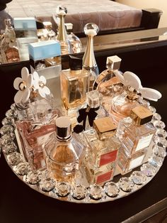 Perfume Display, Perfume Tray, Perfume Scents, Perfume Design, Miss Dior, Parfum Fragonard, Bandeja Perfume, B&w Wallpaper, Cosmetics Display Stand