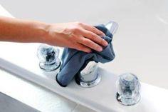 Il calcare è il peggior nemico delle casalinghe. Si forma sulle superfici lavabili, come ad esempio piastrelle, lavandini, rubinetti e box doccia, ma anche negli elettrodomestici che utilizzano l'acqua. Scopriamo quali sono i rimedi naturali per eliminarlo.