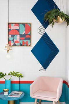 Neste hostel espanhol, paredes originais, geométricas e coloridas inspiram uma nova decoração na sua casa - Follow the Colours