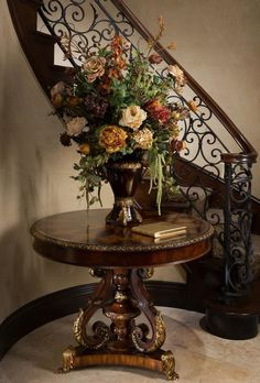 Your Guide to Furniture Design and Trends Artificial flowers in the hallway, showcasing interior design trends Tuscan Decorating, Interior Decorating, Interior Design Trends, French Interior Design, Simple Interior, Tuscany Decor, Flur Design, World Decor, Tuscan House