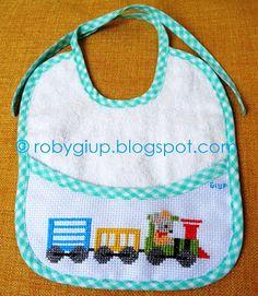 RobyGiup handmade: bavaglino ricamato a punto croce con un trenino guidato da un topolino - Cross-stitched bib with a little train driven by a mouse