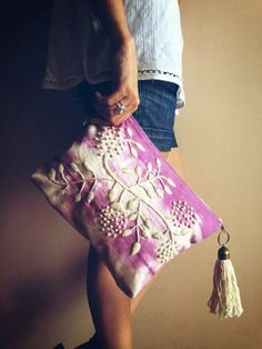 Sobre bordado by LadyMoore ♥ Embroidery Bags, Embroidery Stitches, Lesage, Little Bag, Handmade Bags, Beautiful Bags, Purses And Bags, Couture, My Style