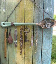 Windspiel mit Schlüsseln und Löffel