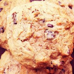 This worked :) Banana Chocolate Chip Cookies: Overripe bananas aren't just for bread anymore. Add them to basic chocolate chip cookies for added moistness. Ripe Banana Recipe, Banana Recipes, Banana Chocolate Chip Cookies, Dark Chocolate Chips, Cookie Recipes, Dessert Recipes, Delicious Desserts, Yummy Food, Galletas Cookies