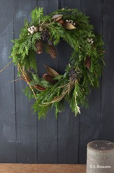 The theme of this year's Christmas wreath & swag is a primitive image, making use of the flow of branches. The expression that cut out nature is very nice . Christmas Porch, Diy Christmas Ornaments, Christmas Themes, Christmas Wreaths, Holiday Decor, Natural Christmas, Simple Christmas, Xmas Theme, Flower Arrangements Simple