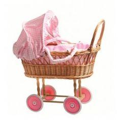 Rieten poppenwagen roze met draagband. Het zonnekapje van deze wagen kan worden neergeklapt Deze poppenwagen is voorzien van een matras,dekentje en een kussentje. Deze poppenwagen riet is geschikt voor kinderen vanaf 3 jaar De wielen zijn voorzien van een rubberen loopvlak  Afmeting 53 x 33 x 52 cm