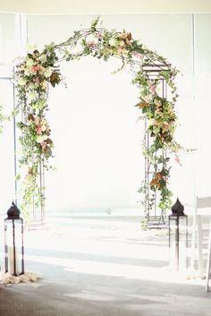 Arco de flores para boda romántico. Te gusta? Sigue el tutorial para hacer el tuyo!
