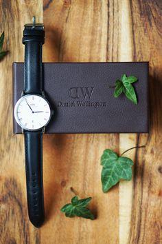 Nu har jag fått hem min klocka från Daniel Wellington. Det som jag dras mest till när det gäller både mode, inredning och konst är det minimalistiska…Som i detta fall de enkla blå visarna, tillsammans med den svarta skinremmen och vita urtavlan. Jag älskar att manlätt kan byta ut remmarna och få en helt ny…