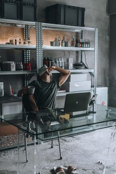 Industrial Apartment, Home Office Setup, Photography Poses For Men, Cool Chairs, House Design, Lifestyle, House Styles, Home Decor, Male Apartment