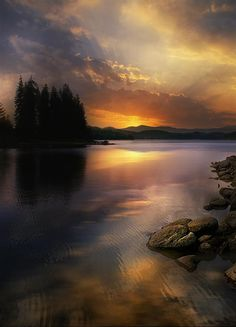 Great photo of a lake at sunrise or sunset Image Nature, All Nature, Nature Photos, Amazing Nature, Beautiful Sunset, Beautiful World, Beautiful Places, Beautiful Pictures, Landscape Photography