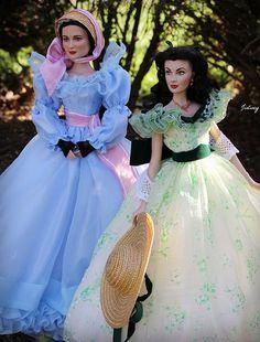 Melanie(Tonner) and Scarlett(Franklin Mint) in their 12 Oaks BBQ dresses. Scarlett O'hara, Barbie Gowns, Barbie Clothes, Dollhouse Dolls, Miniature Dolls, Pretty Dolls, Beautiful Dolls, Celebrity Barbie Dolls, Russian Wedding