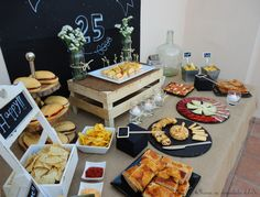 Love the different ways to display food. Bar Deco, Deco Table, Birthday For Him, 40th Birthday Parties, Birthday Board, Buffets, Tapas, Man Party, Fiesta Party