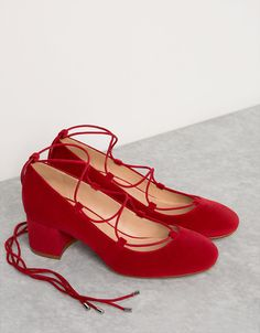 Bailarina tacón medio atada. Descubre ésta y muchas otras prendas en Bershka con nuevos productos cada semana