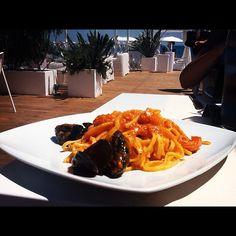 Pausa pranzo al Poetto di Cagliari. Optiamo per un ottimo piatto di linguine allo scoglio ;) - @sardegna_com- #webstagram