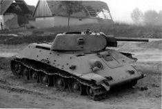 Советский танк Т-34, брошенный в населенном пункте из-за неисправности [2]