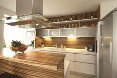 W nowoczesnej aranżacji kuchni otwartej na salon coraz częściej zacierają się granice między tymi dwoma pomieszczeniami. Dobrze zaplanowane połączenie kuchni z salonem jest praktyczne, modne i nowoczesne. Jak połączyć kuchnię z salonem w spójne i atrakcyjne wnętrze? Radzi ekspert.