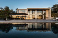 Modern villa med pool och stor terrass på Krokaviksvägen 52, Särö - Roomly.se