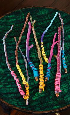 These wizard wands are SO easy to make. If you're little one is dressing up with a Harry Potter theme this Halloween, this are perfect!