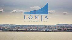 Este es un proyecto en el que llevamos trabajando mucho tiempo. Estamos muy contentos del resultado y aunque dura un poquito queremos enseñároslo. Se trata de una promo sobre la Lonja de La Coruña, en la que podemos ver cada detalle del trabajo que se realiza allí a diario. ... y sí, hubo madrugones y de los buenos! :-)