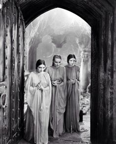 """Brides of Dracula from Dracula dir. Tod Browning Bowie, Diamond Dogs-""""Dressed like a creep you was. Dorothy Tree, Geraldine Dvorak and Cornelia Thaw played Dracula's brides. Horror Vintage, Retro Horror, Gothic Horror, Sexy Horror, Horror Icons, Vintage Tv, Vintage Photos, Frankenstein, Que Horror"""