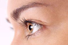 Zwane potocznie kurzymi łapkami lub zmarszczkami śmiechu, zmarszczki wokół oczu są nieuniknioną oznaką starzenia się skóry. Jak więc zapobiegać ich powstawaniu?