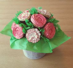 An elegant cupcakes bouquet...a brilliant gift idea for Valentine's and Mother's day! xxx