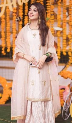 Curly Hair Designs, Curly Hair Styles, Stylish Watches For Girls, Kinza Hashmi, Bridal Dress Design, Kurta Designs Women, Ethnic Outfits, Photography Poses Women, Pakistani Actress
