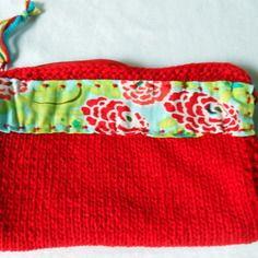 Trousse à maquillage rouge tricotée main  décor fleuri