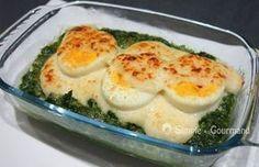 Les oeufs à la florentine sont un gratin d'épinards et d'oeufs avec une sauce Mornay (béchamel au parmesan). C'est une préparation rapide et accessible.