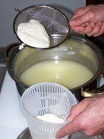 Come fare la caciotta e la ricotta in casa Ricotta, Mini Tartlets, Italian Recipes, Vegan Recipes, Burritos, Breakfast Desayunos, Mozzarella, Delicious Deserts, Best Cheese