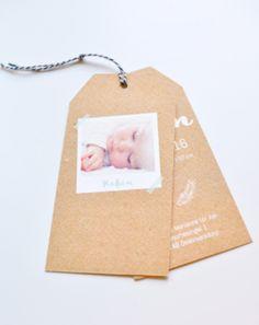 Labelkaartje op stoer kraft papier. Met twee labels is er genoeg plek om jullie kleine vent aankondigen! Birth, Place Cards, Labels, Place Card Holders, Frame, Baby, Kids, Groot, Om