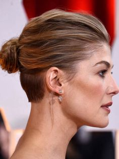 Rosamund Pike at the Academy Awards, February 2015 Rosamund Pike, Nape Undercut, Undercut Hairstyles, Trending Hairstyles, Pretty Hairstyles, Shaved Nape, Corte Y Color, Layered Haircuts, Bob Haircuts