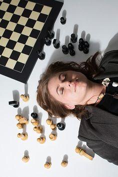 Sapere le mosse.  (Judit Polgar, ungherese, la più straordinaria giocatrice di scacchi di tutti i tempi. A chi glielo ricorda lei risponde: per il momento sì, sono io, ma statene certi, ne arriveranno tante e formidabili nella prossima decade: ci piace).  Ph: Sean Smith
