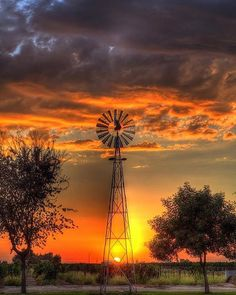 beautiful sunset with windmill Pretty Pictures, Cool Photos, Beautiful World, Beautiful Places, Old Windmills, Fotografia Macro, Photos Voyages, Beautiful Sunrise, Belle Photo
