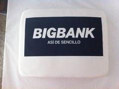 Tarta personalizada con logo de BigBank impreso en papel de azucar elaborada por TheCakeProject en Madrid