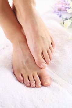 Luce unos pies suaves  y unas uñas brillosas este verano exfoliando tu piel de manera natural. Mezcla en un recipiente el jugo de 1 limón con sal de mar y un chorrito de Vainilla Molina.   Con ayuda de una palita o una cuchara agrega un poco del exfoliante a tus pies, masajea entre los dedos, suela y uñas. Enjuaga, seca y ahora sí ¡a usar sandalias!