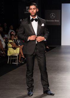 Vístete para la Ocasión: TRAJES DE NOCHE. Una chaqueta recta creara una silueta fluida y los pantalones de corte entallado te darán un toque moderno. Acompañalo con un corbatín y pañuelo #smokings #mensstyle #fashiondesigner #lifestyle #elegance #glgentlemen