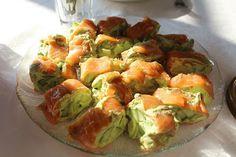 Lakseruller med avocado/wasabicreme og agurker
