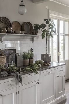 Top Of Cabinets Decor Kitchen is certainly important for your home. Whether you choose the Rever Pewter Benjamin Moore or Top Of Cabinets Decor Kitchen, you will make the best Painting Ideas For Walls Kitchen for your own life. Rustic Kitchen, Country Kitchen, Kitchen Dining, Kitchen Decor, Kitchen Cabinets, Kitchen Shelves, Interior Design Kitchen, Interior Design Living Room, Cocinas Kitchen